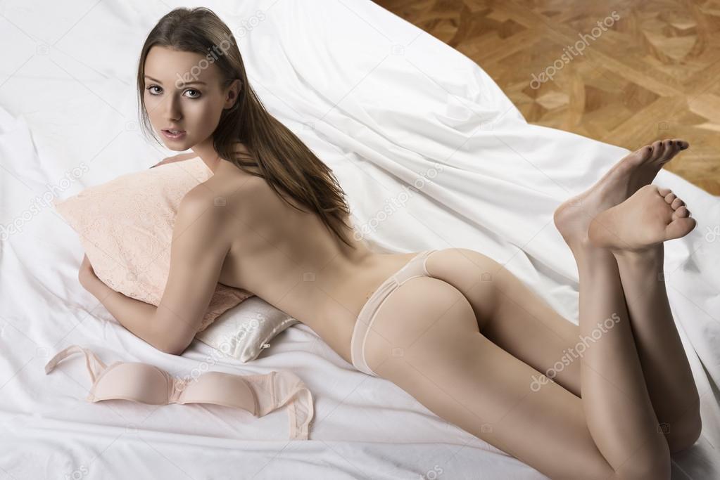 Nu sur un lit
