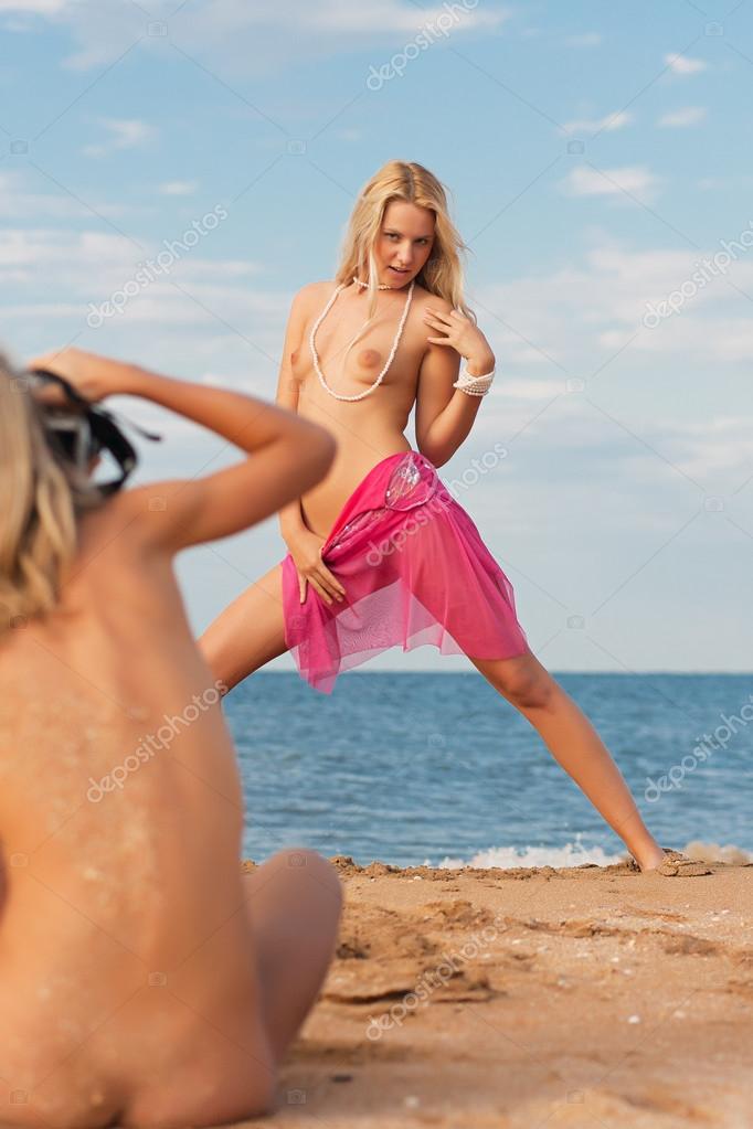 Teen Mädchen posiert nackt in der Dusche