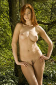 Natural nude beauty posing outsite in nature — Zdjęcie stockowe