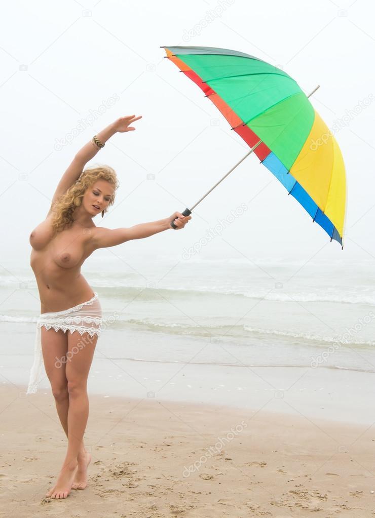 Голая с зонтом