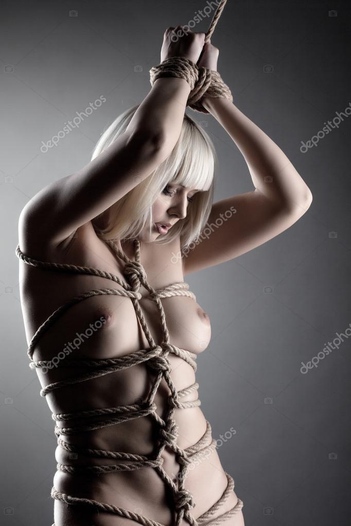 blonda-svyazannaya-verevkoy-bez-remeshka-seks