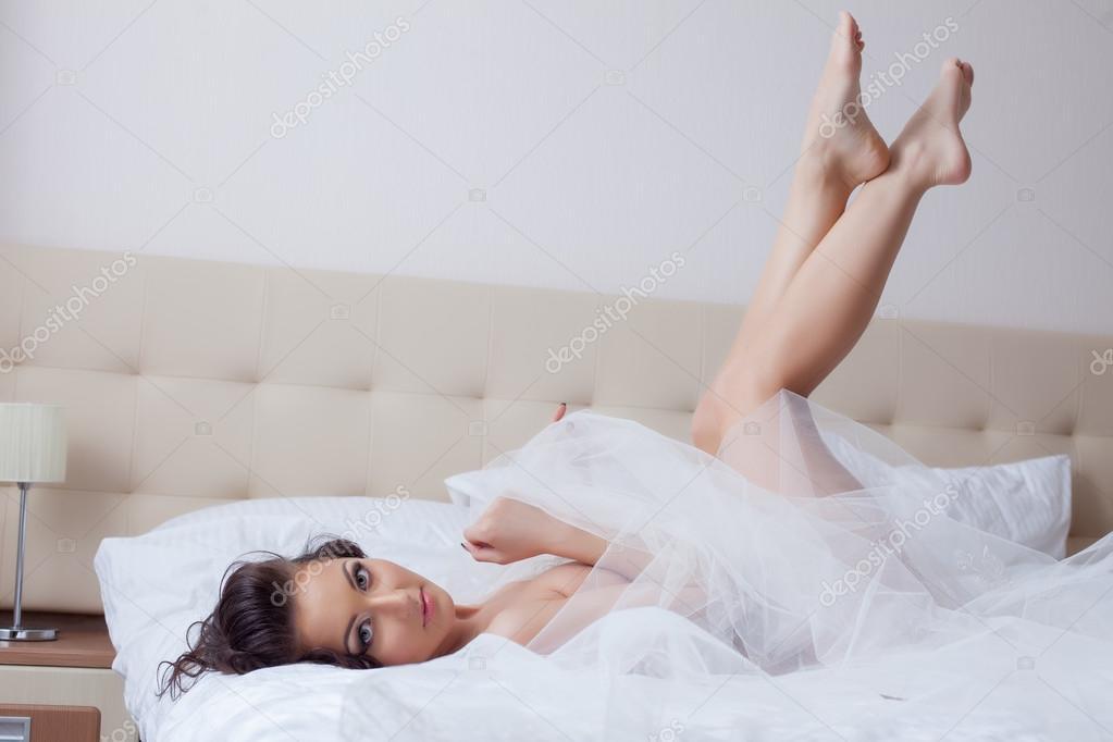 в носочках позирует невесту - 9